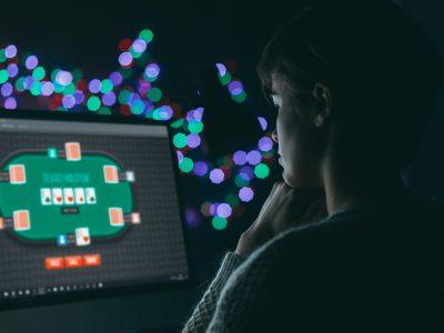 Profiter du confinement pour jouer au poker en ligne